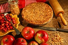 Apple cranberry currant crumble pie recipe is a holiday twist on a classic apple pie with the fresh tartness of cranberries. Apple Dump Cakes, Apple Cake, Apple Cranberry Pie, Cranberry Sauce, Pie Recipes, Healthy Recipes, Pie Kitchen, Buckwheat Cake, Pie Crumble
