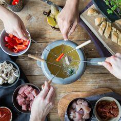 Mit Fondue verhält es sich wie mit 'Dinner for one' – einmal im Jahr muss der Klassiker einfach sein! Was du für Fleischfondue wissen musst, liest du hier.
