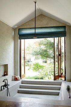 salle de bains moderne avec une baignoire encastrable au sol