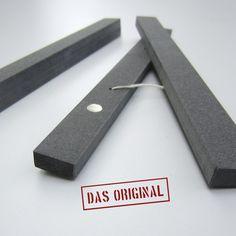 """Magnetische Bilderleisten für`s Lieblingsbild (A. Schwaller 2009).  Diese Leisten machen Bilder """"rahmen"""" kinderleicht.  Kleine, starke Magnete (bei den 60 cm Leisten, je drei Magnete) sind in..."""