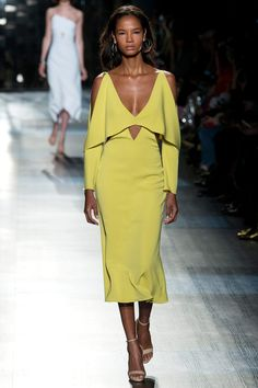 The complete Cushnie et Ochs Fall 2017 Ready-to-Wear fashion show now on Vogue Runway. Fashion Week, Fashion 2017, New York Fashion, Look Fashion, Runway Fashion, Fashion Show, Fashion Dresses, Fashion Design, Fashion Trends