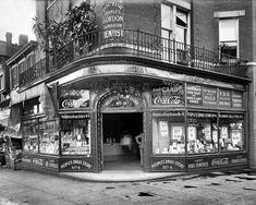 1941 WORLDS SMALLEST STORE SOUTH CHICAGO 8X10 PHOTO BLACK AMERICANA COCA-COLA