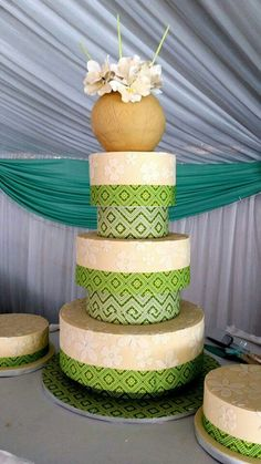 "With candy ukamba potThe end result, its a traditional 3 layer chocolate cake, one of Papadi""s favourites to make. African Wedding Cakes, South African Weddings, Zulu Traditional Wedding, Traditional Cakes, Zulu Wedding, Wedding Pics, African Cake, 2 Tier Wedding Cakes, Cheesecake Cupcakes"