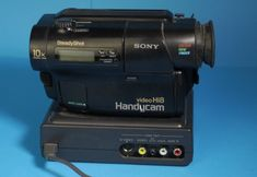 Sony CCD TR3E mit Handycam Station AC-HS1 | Datenbank Sony, Camcorder, Videos, Movie Camera