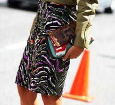 Zebra é a nova onça: estampa sai das passarelas e ganha as ruas.  A tendência partiu das passarelase chegou às ruas acompanhando celebridades, editoras de moda, blogueiras-estrela e outras categorias de fashionistas na fila A dos desfiles internacionais que movimentaram o eixo Nova York-Londres-Milão-Paris durante as últimas semanas.