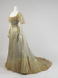 Evening dress, Worth (France), c1898-1900. Photo: Metropolitan Museum of Art, New York. 1890s Fashion, Edwardian Fashion, Vintage Fashion, Old Dresses, Pretty Dresses, 1800s Dresses, Floral Dresses, Vintage Gowns, Vintage Outfits