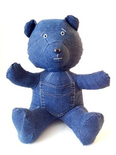 Pocket is a Teddy Bear designed and handmade by craftsmen and is unique.  Design and original, this is an ideal Bear for your interior or to offer.  It is made of recycled blue Jeans, 100% cotton. His pocket sewn on her belly, you can store in it your smartphone or other objects. It is padded wadding 100% polyester (washable at 30°C/86°F, rot-proof and anti-mite).  For collector or fan of Jeans.  - It measures 35cm/13,8 inches in height, 25cm/9,8 inches in depth and weighs 711g / 1.56lb…