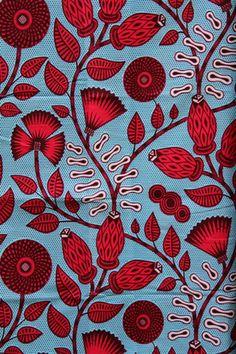 Tissu avec des motifs floraux rouges sur fond bleu 100 % Coton  Il est conseillé de le laver à la main pour le premier lavage.  Lavages suivants en machine à 40°.   Coup - 5122945