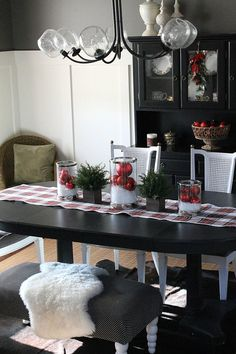 37 Wonderful Christmas Dining Room Décor Ideas : 37 Wonderful Christmas Dining Room Décor With White And Black Wooden Dining Table And Chair...