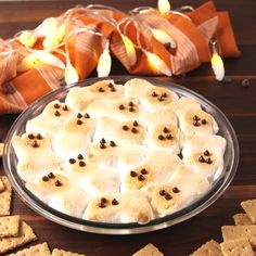 S'mores Dip Ghost S'mores are the most genius thing you can do with peeps.Ghost S'mores are the most genius thing you can do with peeps. Halloween Baking, Halloween Food For Party, Halloween Costumes, Halloween Dinner, Easy Halloween Appetizers, Halloween Dip, Halloween Dessert Table, Halloween Finger Foods, Healthy Halloween Treats