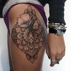 Idée tattoo pour les hanches avec quelques détails mandala