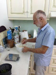 Après leur dîner, bonne surprise, Jean-Yves prépare la pâte à crêpes pour le fameux petit-déjeuner qui attend Jérôme...