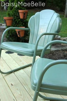 How to Paint Metal Chairs: wash, sand with 80 grit, Sander deglosser; primer, Rustoleum sage green – metal of life Painted Metal Chairs, Vintage Metal Chairs, Metal Lawn Chairs, Metal Outdoor Chairs, Metal Furniture, Furniture Projects, Garden Furniture, Painted Furniture, Diy Furniture