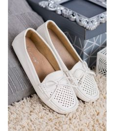 Classic white loafers are perfect when the sun is shining outside and the temperatures are high. This model is recommended for spring and summer. It provides optimal ventilation, Loafers For Women, Loafers Men, Bow Pattern, Types Of Heels, Bow Heels, Casual Loafers, Classic White, Natural Leather, Moccasins