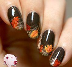 8. A sötétszürke alapra festett színes leveleknél őszibb manikűrt talán elképzelni sem lehet