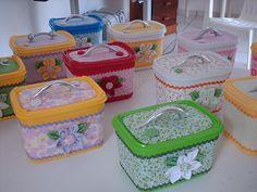 Você já pensou em transformar potes de sorvetes em recipientes customizados? Através do artesanato, uma embalagem aparente insignificante pode dar lugar a caixas, bolsinhas e maletas totalmente reformuladas, charmosas e atraentes. - Veja mais em: http://www.vilamulher.com.br/artesanato/galeria-de-ideias/potes-de-sorvete-customizados-17-1-7886462-125.html?pinterest-destaque