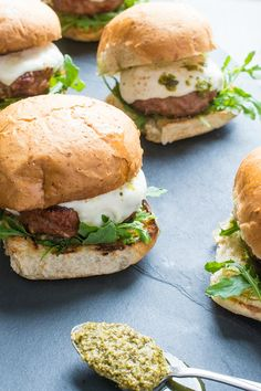 These juicy grilled turkey burgers are the best you will ever make! Topped with fresh pesto, spicy arugula and creamy mozzarella cheese. Grilled Turkey Burgers, Turkey Burger Recipes, Beef Burgers, Hamburger Recipes, Veggie Burgers, Pesto, Dinners Under 500 Calories, Protein Lunch, High Protein