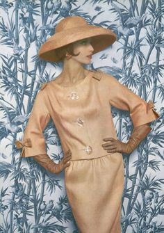 1961 Model in elegant linen suit adorned with bows on the sholders and 34 sleeves by Jean Patou, photo by Philippe Pottier