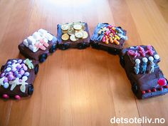 """Tøffe, tøffe toget.... """"Sjokoladekaketog"""" er en sikker vinner ved alle barneselskap!!! Kaken er lett og morsom å lage og gøyal å servere! Dessuten er den kjempegod! Toffee, Smoothie, Beaded Bracelets, Birthday, Party, Sticky Toffee, Candy, Birthdays, Pearl Bracelets"""
