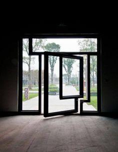 """Porta de vidro giratória do """"Sky Courts Exhibition Hall"""", localizada no parque da Cultura Intangível em Chengdu, China, projetado pelo escritório americano Howelwer Yoon Architecture. Design Exterior, Interior Exterior, Modern Exterior, Architecture Design, Installation Architecture, Building Architecture, Pivot Doors, Front Doors, Barn Doors"""