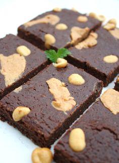 Sunn brownies med innebakt peanøttsmør.   Næringsinnhold i kaken per 100 g (med kokosmel i stedet for peanøttmel): Energi: 172 kcal (168 kcal) Proteiner: 11 g (9,4 g) Karbohydrater: 7.5 g (7 g) Fett: 10.2 g (10.2 g) (Deler du den i 8 biter, som på bildet, blir det per stykke: 110 kcal (107 kcal), 7 g (6 g) proteiner, 4,8 g (4,5 g) karbohydrater og 6,5 g (6,5 g) fett)