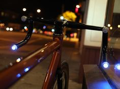 HELIOS are smart handlebars with LEDs for a powerfull headlight and turn signals. A GPS tracker and a 7 hours battery allows you to watch over your bike and to ride quite a while.