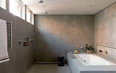 Depois da reforma assinada pelo SAO Arquitetura, os dois banheiros, que ficavam lado a lado, formaram uma grande sala de banho: a banheira e o boxe com duas duchas de teto ocupam mais da metade do espaço