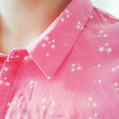 Chemise en soie rose bonbon Sud express. Le détail des petites étoiles.