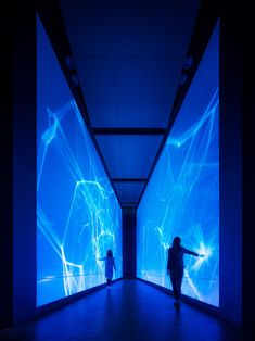 tokyo-based visual design studio, WOW inc., has designed a visual installation series for the shiseido ginza building to celebrate a new product. Exposition Interactive, Interactive Art, Interactive Projection, Interaction Design, Interaktives Design, Store Design, Performance Artistique, Light Art Installation, Art Installations