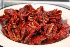 Make Your Own Sun-Dried Tomatoes: Oven, Dehydrator, or Sun NOTE:Roma tomatoes; bake on cookie rack for even cooking. Dehydrated Food, Dehydrator Recipes, Lassi, Kimchi, Vegan Vegetarian, Cooking Recipes, Favorite Recipes, Homemade, Meals