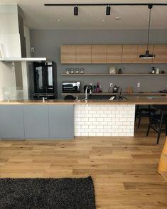 おはようございます☀︎ 昨夜、沢山洗い物して乾かしてる食器モリモリです。 食洗機にもしっかり入ってます! 今から片付けて 今日も一日がんばります。 ・ ・ #滲み出る生活感 #隠しきれない生活感 #あえて出す #キッチン #今朝のキッチン #おはようキッチン #サブウェイタイル #グレー×木 #モノトーン #インテリア #マイホーム #平屋 #h家