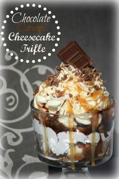 Chocolate Caramel Cheesecake Trifle: CRUST: 1 pk golden grahams crushed cups), 4 T melted butter. CHEESECAKE pkgs cream cheese softened to room temp, 1 cup sugar, 1 tsp vanilla, cup sour cream. No Bake Desserts, Just Desserts, Delicious Desserts, Yummy Treats, Sweet Treats, Yummy Food, Health Desserts, Sweet Recipes, Cake Recipes