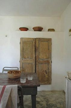 Right about the commentary below! I imagine it shows a traditional kitchen in a small Greek island Interior Design Kitchen, Interior And Exterior, Interior Decorating, Mediterranean Homes, Old Doors, Traditional Kitchen, Wabi Sabi, Little Houses, Rustic Interiors