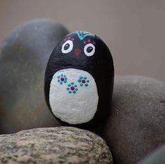 Rock art: cute little penguin carrying flowers by livingpebbles on etsy Pebble Painting, Pebble Art, Stone Painting, Rock Painting Patterns, Rock Painting Ideas Easy, Painted Rocks Kids, Painted Pots, Cactus Craft, Halloween Rocks