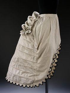 Crinolina- Inglaterra- 1870-  Materiales y técnicas:  Aros de acero para resortes, cubiertos de algodón a rayas, abrochado y ajustado con ojales de metal y cintas