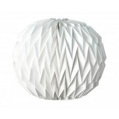 Cette boule origami blanche mesure 36 cm de diamètre. En carton non ignifugé, elle est uniquement destinée à un usage décoratif et ne pourra contenir de bougie en cire.  Vous devrez la déplier délicatement jusqu'à ce que les aimants placés aux extrémités