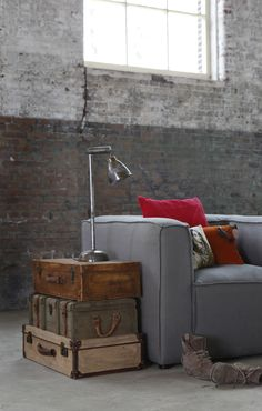 trunks for decoration - traveling Arredare casa con mattoni a vista Vintage Industrial Decor, Industrial House, Industrial Interiors, Industrial Chic, Industrial Design, Industrial Lighting, Vintage Decor, Style At Home, Loft Stil