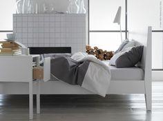 NORDLI sängstomme, NORDLI avlastningsbord, FÄRGLAV påslakan, IKEA STOCKHOLM LED golv/läslampa.