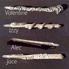 Props, different designs for shadowhunters steles alec's is so plain and valentines looks like he is a cerielkiller Jaces looks like he's hot and so does Izzy's we all know their personality's now Shadowhunters Series, Shadowhunters The Mortal Instruments, Shadowhunter Tattoo, Clary Et Jace, Clary Fray, Immortal Instruments, Mortal Instruments Runes, Jace Lightwood, Film Anime