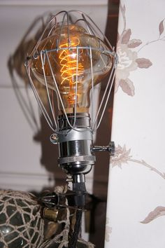 Klämlampa med bur via Vintage Lighting. Click on the image to see more!