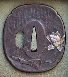 Japanese tsuba (iron sword guard). Laguardiadellaspada giapponese. Glitsubasono generalmente finemente decorati e sono degli oggetti dacollezionismomolto comuni.La produzione dei pezzi era affidata a vere e proprie dinastie di artigiani specializzati nella realizzazione dello tsuba. Questi manufatti altamente decorati erano non solo oggetti da collezionismo ma veri e propri cimeli di famiglia passati da una generazione all' altra. Famiglie giapponesi con radiciSamuraia volte hanno…