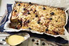 Mustikkamurupiirakka Mustikkamurupiirakka koostuu rapean maukkaasta murupinnasta ja sen alla olevasta mehevän mustikkaisesta kakkukerroksesta. http://www.valio.fi/reseptit/mustikkamurupiirakka/ #resepti #ruoka