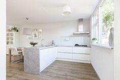 In plaats van een hoekkeuken, een schiereiland. Kitchen, Table, House, Furniture, Home Decor, Ideas, Cooking, Decoration Home, Home