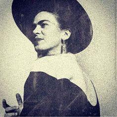 Pin de Ana Cecilia Mello em ♥ Frida Kahlo Love ♥ (com imagens) Frida Kahlo Exhibit, Diego Rivera Frida Kahlo, Frida And Diego, Famous Artists, Great Artists, Fridah Kahlo, Kahlo Paintings, Frida Art, Mexican Art