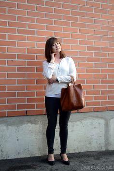 #officestyle #officelook #bloggerstyle #leatherbag #konjakbag #whiteshirt #soakedinluxury #H&Mjeans 2 biancostiletto