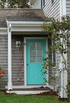 grey siding, wide white trim and a burst of color on the doors. back door Aqua Door, Turquoise Door, House Of Turquoise, Pintura Exterior, Design Exterior, Exterior Paint Colors, Siding Colors, Grey Exterior, Painted Front Doors