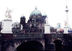 KRATKA ZIMSKA ŠETNJA PO BERLINU #berlin #daliste #travel #walkingtour Stigli smo na Alexanderplatz. Pogled na gore ka vrhu tornja, visoko, visoko, ka 368 metara visine, čisto radi navigacije i možemo da krenemo!