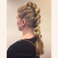 """115 tykkäystä, 4 kommenttia - Heli (@braidingbad) Instagramissa: """"#pullthroughbraid with accent braids on the side 😌 Swipe to the right to see how it looks from the…"""""""
