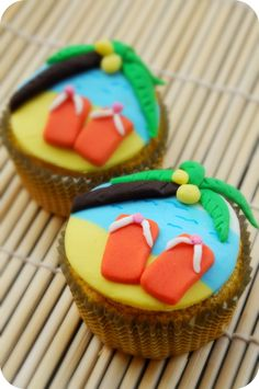 """the cutest cupcakes i have ever seen! aunt Jenny's theme is """"beach"""" & this would be perfect! Beach Cupcakes, Summer Cupcakes, Party Cupcakes, Themed Cupcakes, Tropical Cupcakes, Deco Cupcake, Cupcake Wars, Cupcake Toppers, Cakepops"""