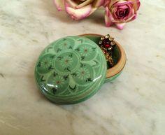 TREASURE HUNTER @LisaSierra1000  now Cool Peyote flower box! ViNTAGE CeLADON GrEEN RouND PoRCELAIN CrACKED GLAZE FLOWER TRINKET BoX. #trinketbox #peyote https://www.etsy.com/listing/386375706 … $32.00.